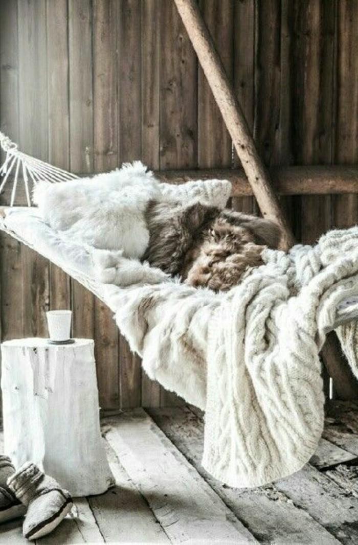 hängematte-mit-bettdecke-und-flauschigen-kissen
