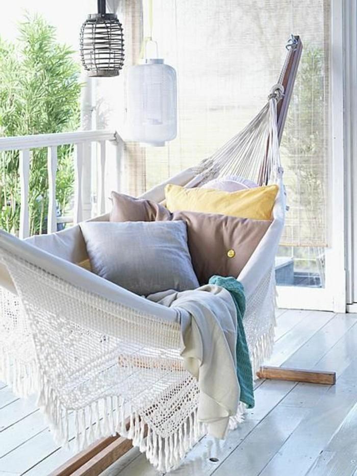 hängematte-mit-holzgestell-balkon-veranda-und-kissen