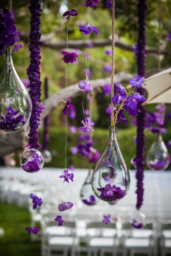 hängende-Hochzeitsdekoration-mit-verschiedenen-Blumenarten-in-lila-Farbe