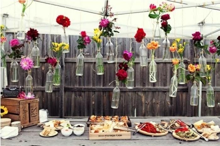 hängende-flaschen-mit-blumen-super-schöne-dekoration-im-garten