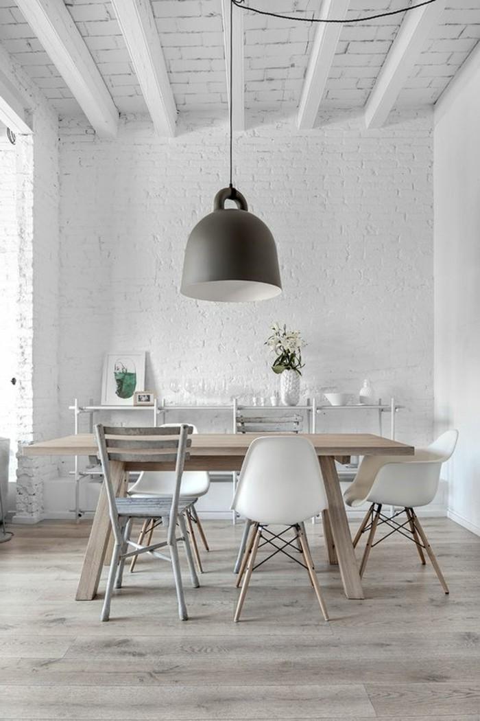 hängende-schwarze-lampe-über-dem-tisch-im-weißen-modernen-wohnzimmer