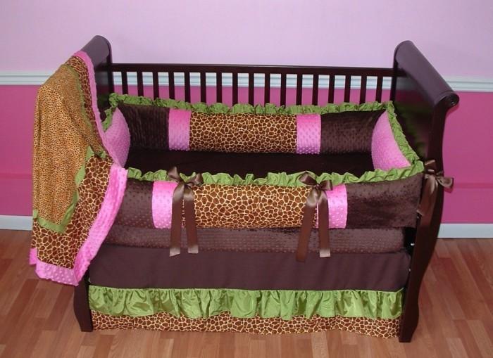 hölzerne-babybetten-mit-zyklamenfarbigen-akzenten-für-mädchen
