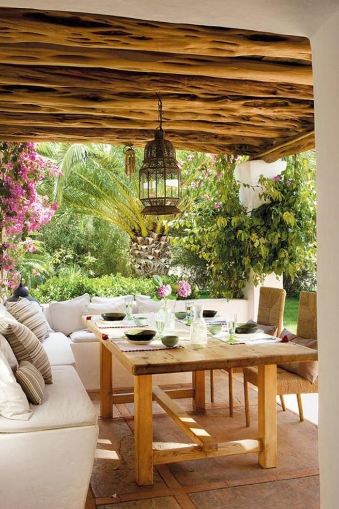 hölzerne-zimmerdecke-wunderschöne-terrasse-mit-einem-großen-sofa