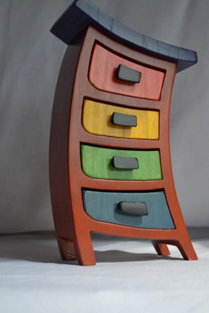 hölzerner-Schrank-mit-einigen-farbigen-Schubladen-mit-der-Funktion-von-Schmuckkästchen