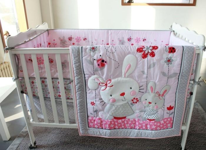 herrliche-gestaltung-baby-kinderbett-mädchen-graues-modell-rosige-bettwäsche