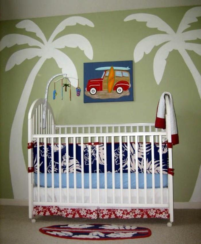 herrliche-kreative-babybetten-weiße-farbe-palmen-an-der-wand