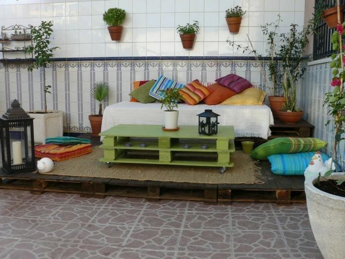 herrliches-design-sofa-aus-europaletten-im-coolen-garten