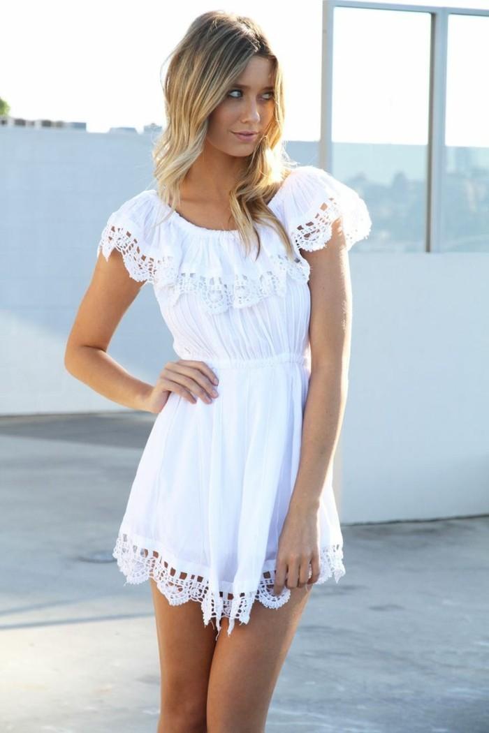 herrliches-kurzes-modell-weißes-kleid-mit-spitzen-blonde-junge-frau