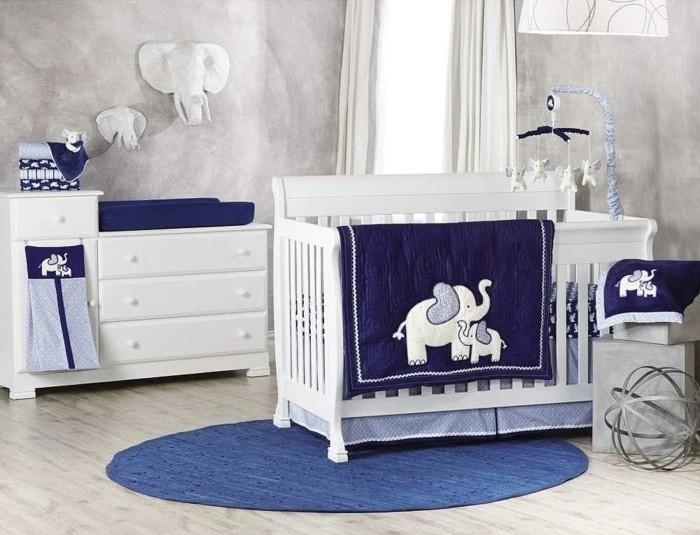 herrliches-modell-babybett-weiß-dunkel-blaue-bettwäsche