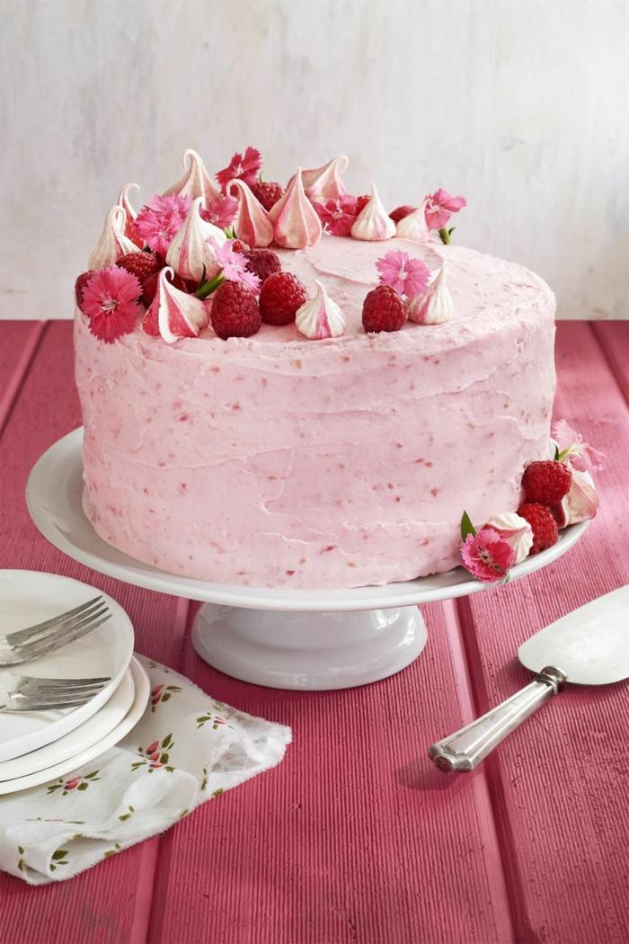 himbeer torte pinke glasur geburtstagskuchen erwachsene pinke tischdecke kreative dekoration torte zum geburtstag