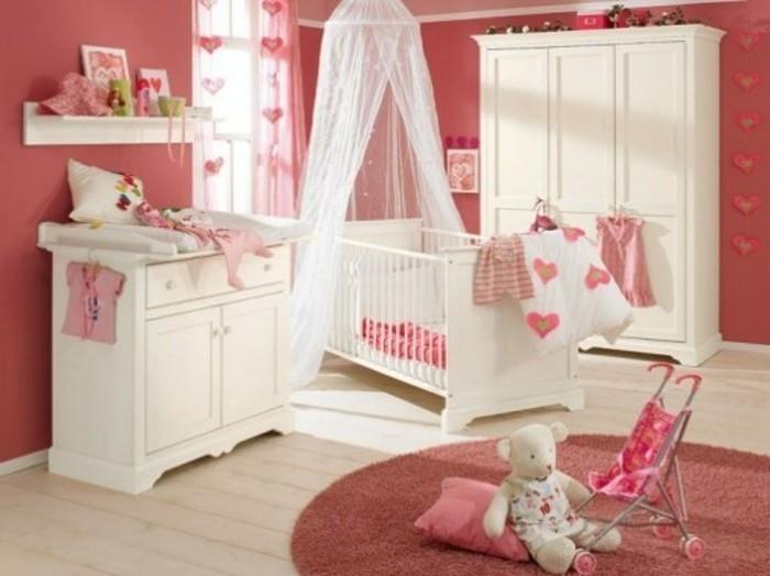 himmelbabybett-in-weiß-herrlcihes-babyzimmer-für-mädchen