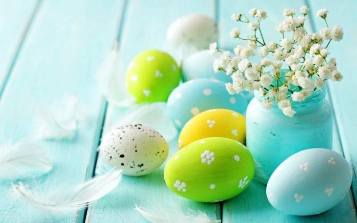 hintergrundbild-ostern-mit-bunten-Eiern-um-eine-Vase
