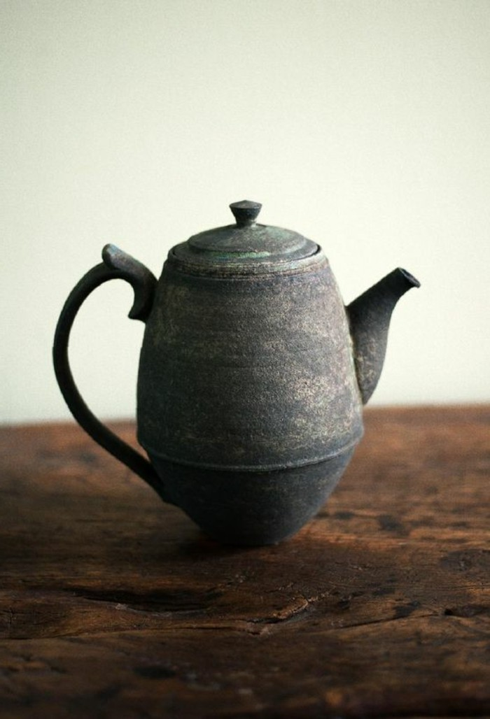 hohe-alte-japanische-teekanne-mit-abgeschrägtem-boden