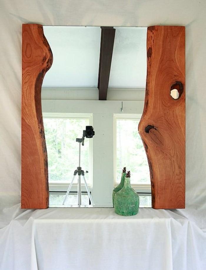 holzrahmen-an-der-beiden-seiten-des-spiegels