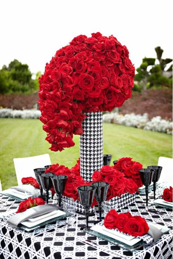 interessante-Tischdekoration-Ideen-mit-schwarzt-weißen-Elementen-und-roten-Rosen-als-Akzent