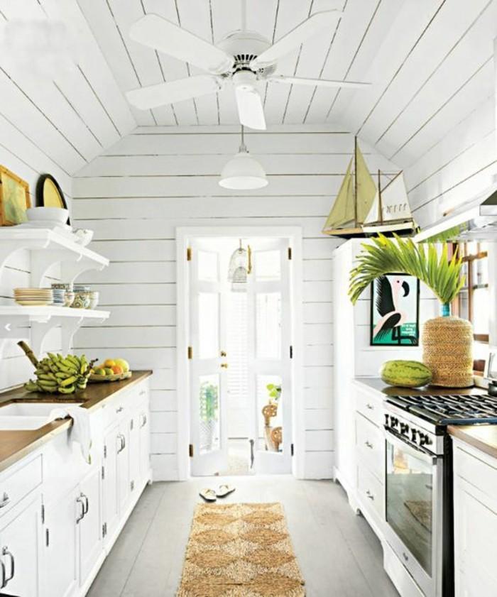 interessante-deckengestaltung-im-wohnzimmer-weiße-kleine-küche