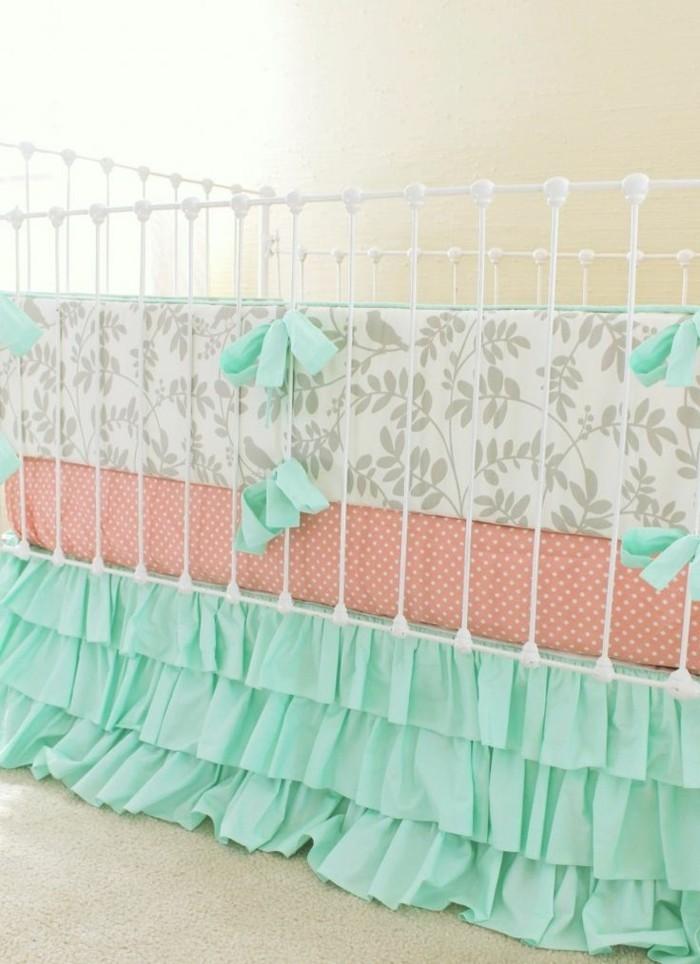 interessante-dekoration-eines-babybettes-für-mädchen-blaue-schleifen