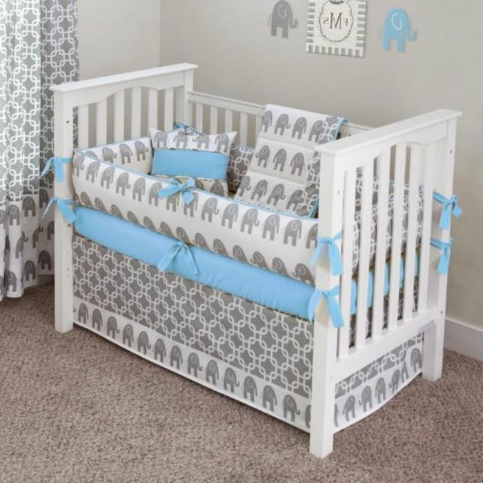 interessante-designs-von-babybetten-weißes-modell-bettwäsche-in-blau-und-grau