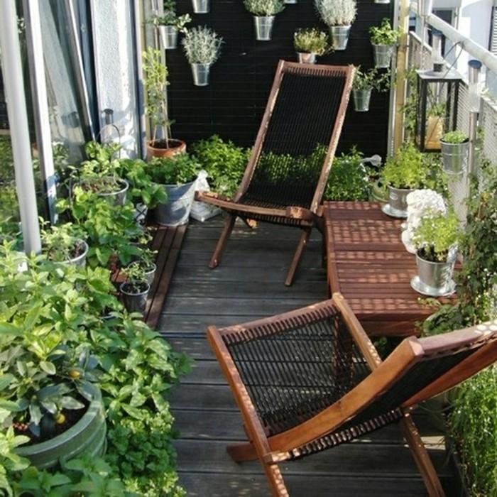 interessante-gestaltung-hölzerne-möbel-kleine-terrasse-ausstatten