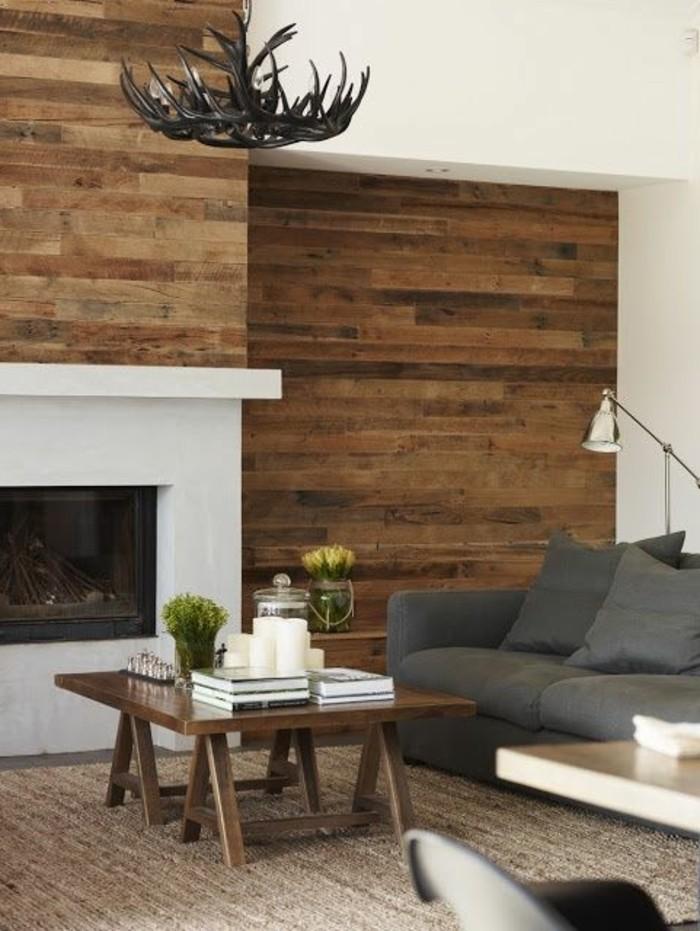 interessante-moderne-farbgestaltung-wohnzimmer-braune-holzbretter-und-weißer-kamin