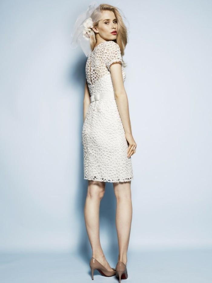 interessante-moderne-tolle-kleider-in-weiß-heller-hintergrund
