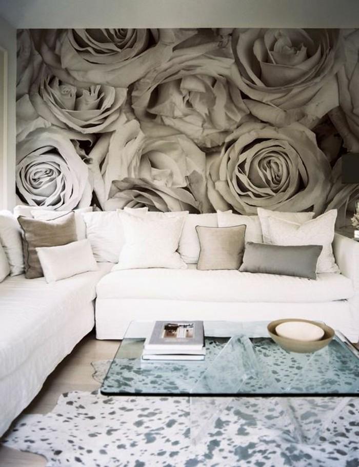 interessante-schöne-wandgestaltung-wohnzimmer-viele-graue-rosen-weißes-sofa