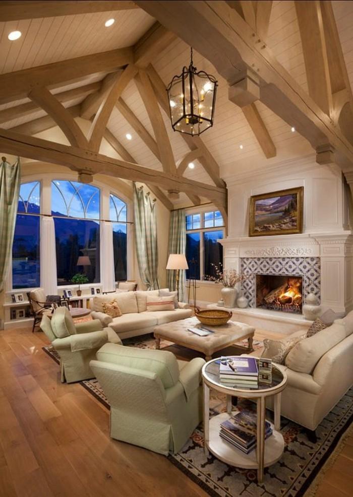 interessante-zimmerdecke-im-wunderschönen-wohnzimmer-kamin-und-möbel