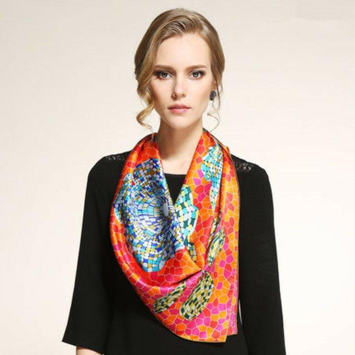 interessanter-Schal-mit-einzigartigem-Muster