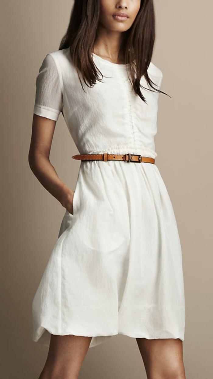 interessantes-modell-weißes-kleid-gürtel-in-brauner-farbe