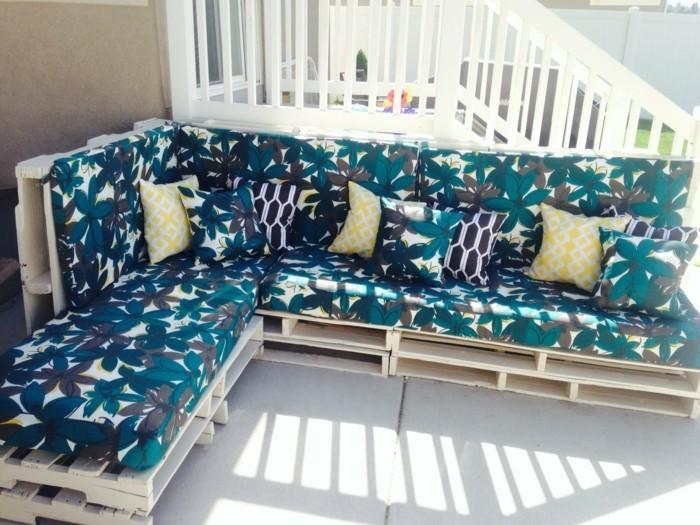 interessantes-sofa-aus-europaletten-eckiges-modell-im-kleinen-zimmer