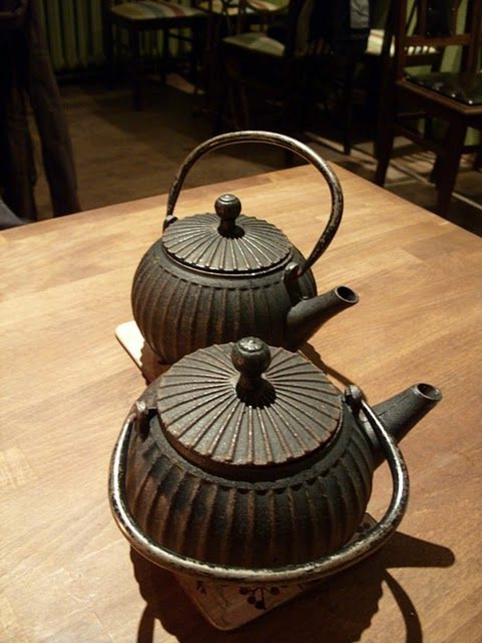 japanische-teekannen-mit-gravierten-Linien