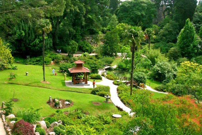 japanischer-Garten-im-Frühling-sonnig-belebt