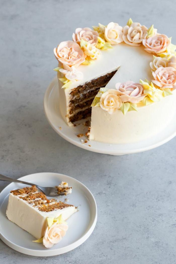 karrotenkuchen ideen geburtstagskuchen für anfänger vanille torte dekoriert mit rosen elegante torten backen zum geburtstag