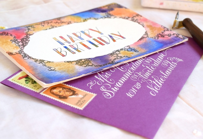 karten selbst gestalten, lila briefumschlag, selsbtgemachte karte dekroeirt mit wasserfarben