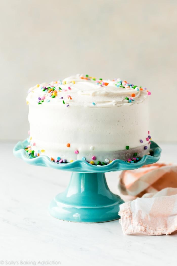 klassische geburtstagstorte rezept vanille kuchen mit streuseln blauer kuchenständer torte zum geburtstag selber machen ideen