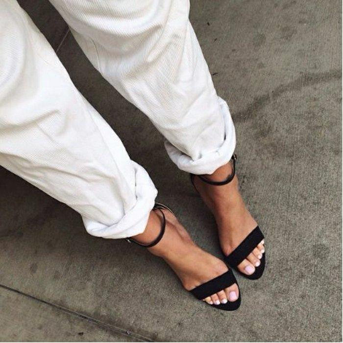 klassische-schwarze-Sandaletten-mit-Absatz