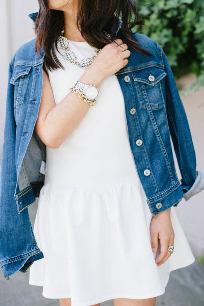 klassisches-Modell-Damenjacke-aus-Denim-weißes-Kleid