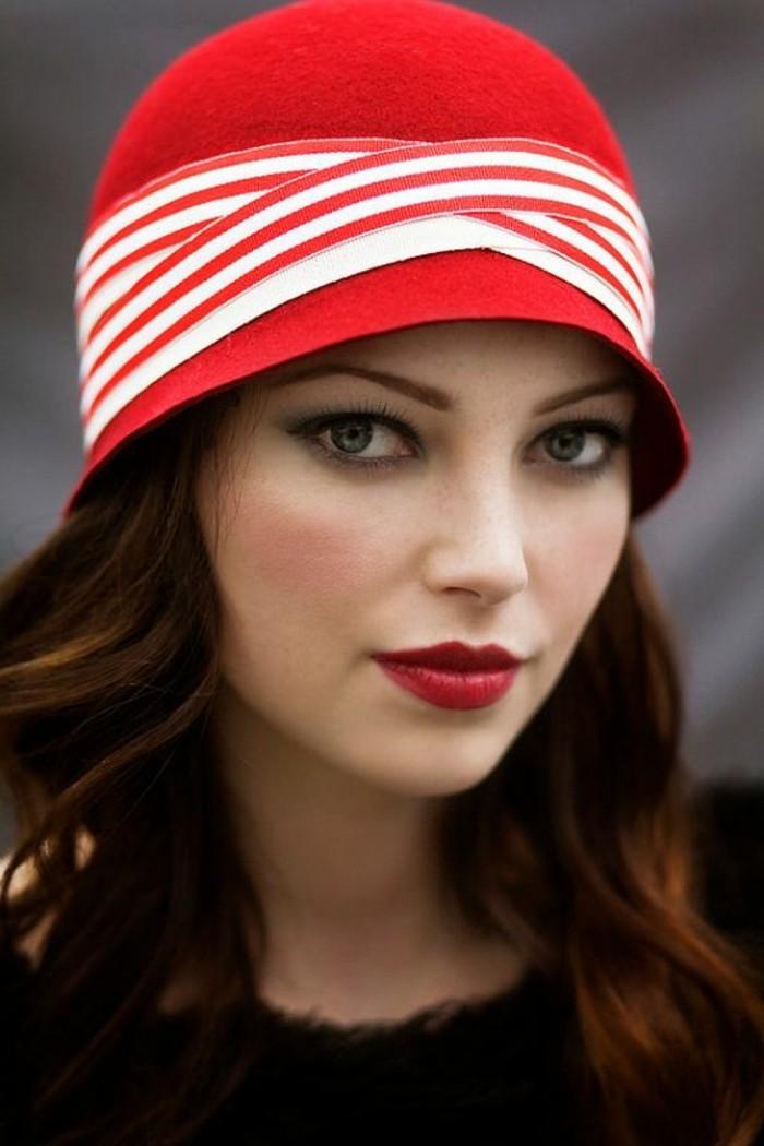 klassisches-Modell-Hut-in-Rot-aus-Wolle