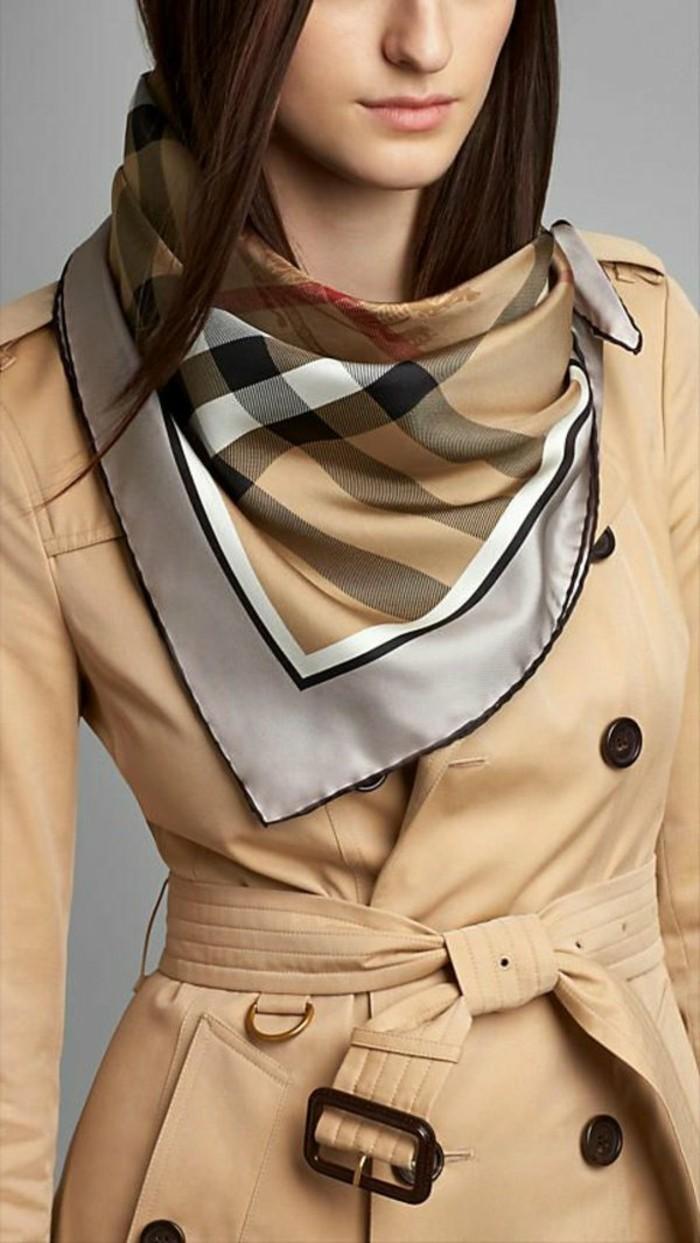 klassisches-Modell-Mantel-und-Schal-mit-stilvollem-Muster