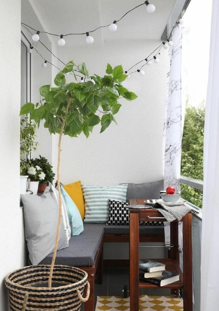 kleine-terrasse-gestalten-dekokissen-auf-dem-sofa-und-grüne-pflanze