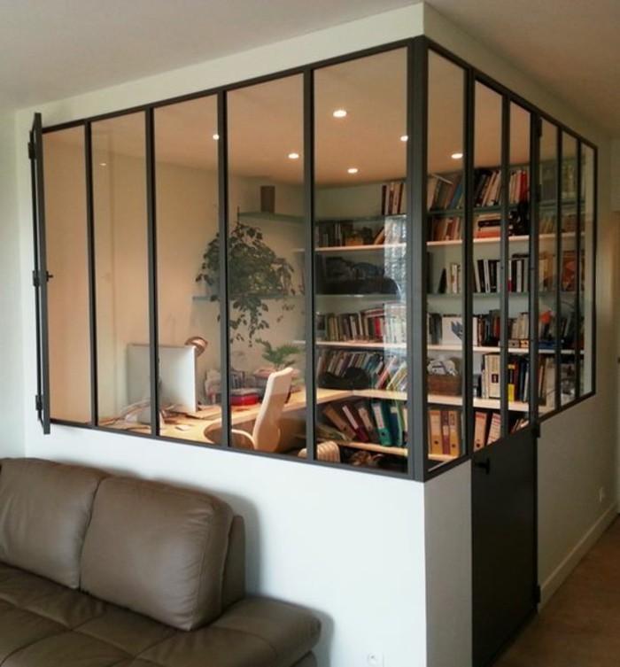 kleine-zimmerpflanzen-in-geschlossenem-Büro
