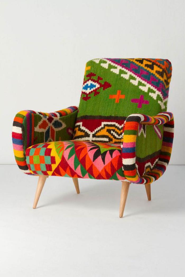 kleiner-bequemer-Sessel-mit-buntem-Muster