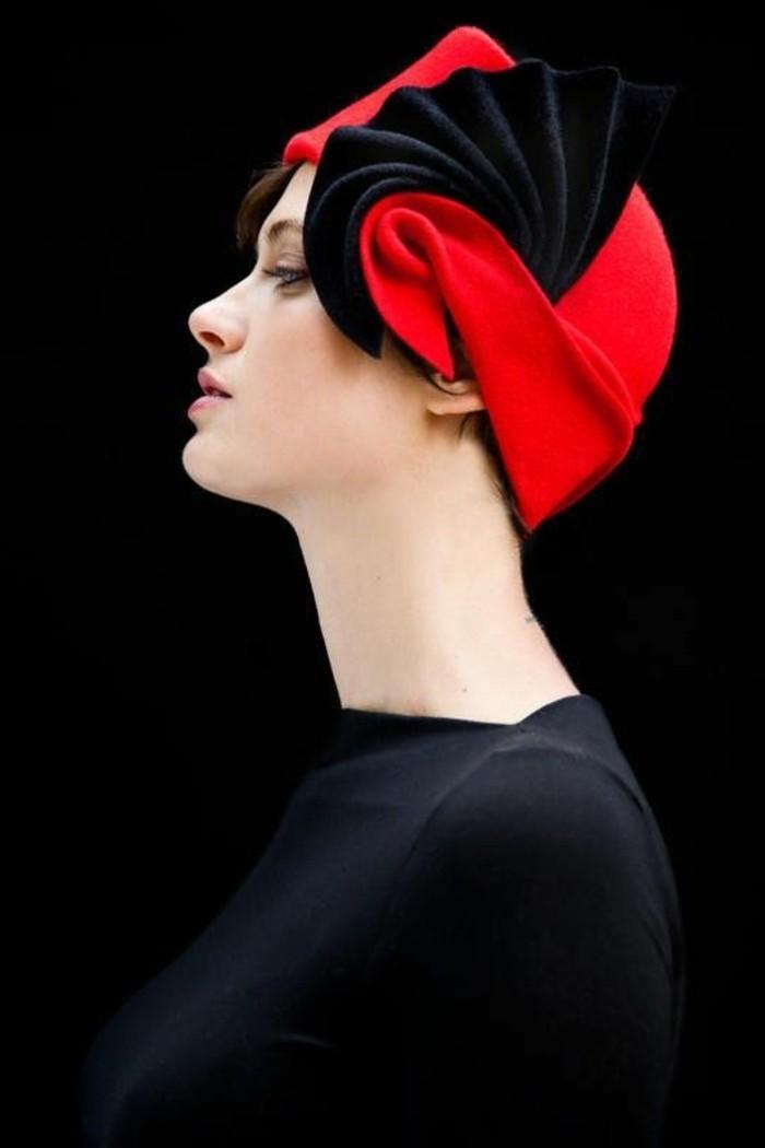 kleiner-roter-Hut-mit-schwarzer-Dekoration