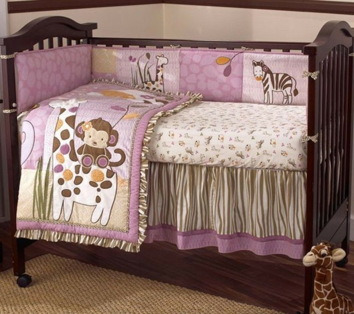 kleines-babybett-aus-holz-mit-rosigen-bettwäschen