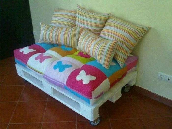 kleines-modell-sofa-aus-europaletten-weiße-kissen