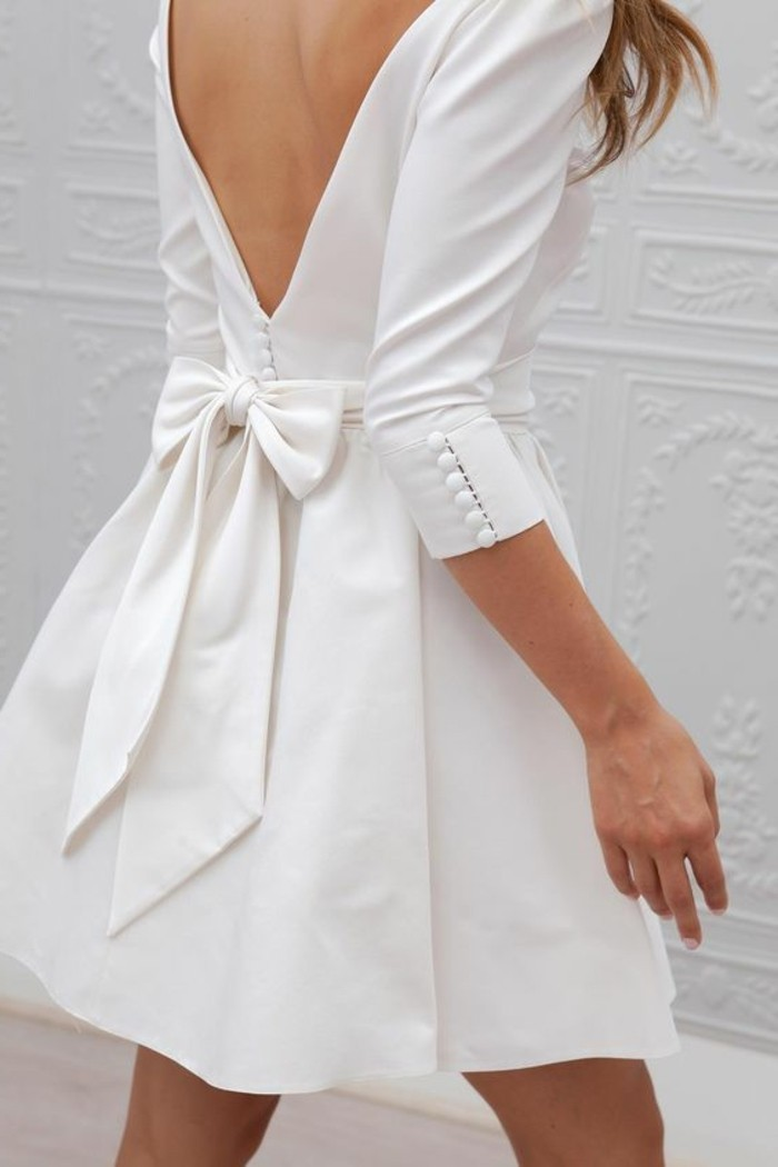 kleines-stilvolles-modell-weißes-kleid-mit-eine-shleife