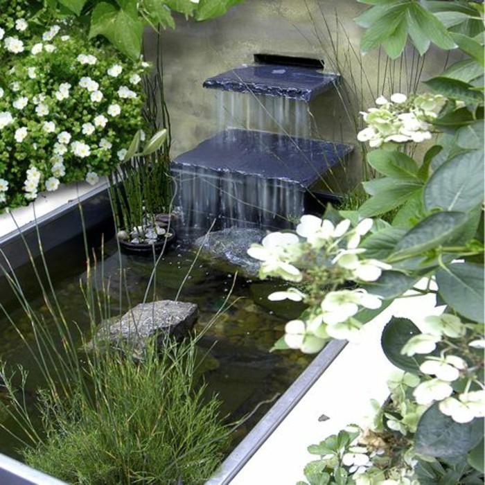 kleines-teich-und-weiße-blumen-super-gartenideen-für-kleingärten