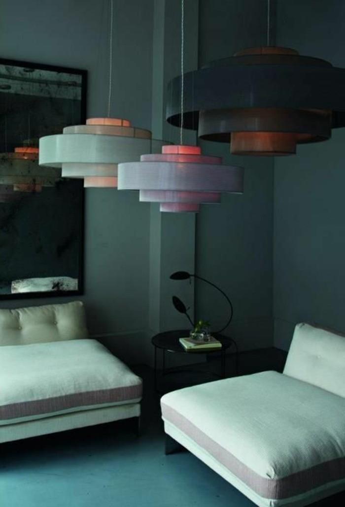 kleines-zimmer-mit-zwei-weißen-sesseln-hängende-lampen-von-der-zimmerdecke