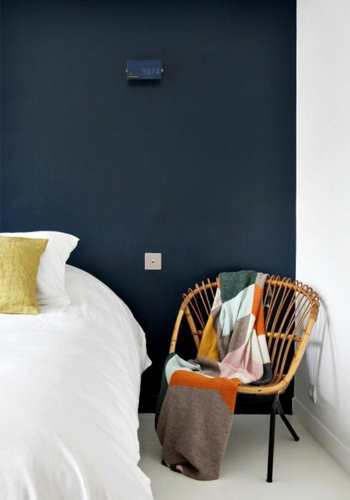 kokette-Pariser-Wohnung-schlichtes-Modell-Rattanstuhl