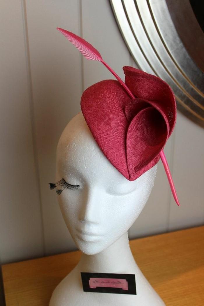 koketter-Damen-Hut-mit-Herzen-Form-und-Feder-in-Pfeile-Form-als-Dekoration